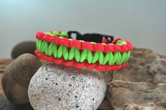 Cooles ParacordArmband - auch andere Farben und Größen möglich! - von DaiSign  http://de.dawanda.com/product/68192999-Paracord---Armband-pink---gruen-21cm