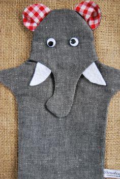 Une marionnette nommée jumbo, assez grande pour glisser une main d'adulte jusqu'au poignet.  Cette marionnette peut être employée dans un théâtre o...