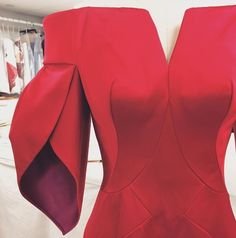 This is a petal sleeve silhouette because the two sides of the fabric over lap each other resembling a petal. Fashion Details, Look Fashion, Petal Sleeve, Tulip Sleeve, Fashion Sewing, Zac Posen, Elegant Dresses, Couture Fashion, Dress Patterns