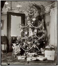 December Christmas tree in the home of Wilbur and Orville Wright at 7 Hawthorn Street in Dayton, Ohio, three years before their famous flight. dry-plate glass negative by the Wright Brothers (that is one ugly tree) Christmas Tree With Presents, Old Time Christmas, Ghost Of Christmas Past, What Is Christmas, Old Fashioned Christmas, Christmas Holidays, Christmas Trees, Christmas Snowman, Xmas