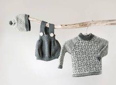 TREDELT: Romper, lue og genser i grått og hvitt. Gratis oppskrift