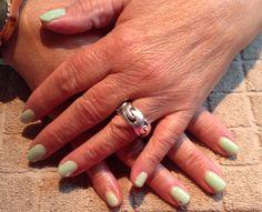 Mani-Q (gellak) lichtgroen met een steentje op de natuurlijke nagel.