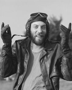 Zero negative waves here. Dammit, Donald Sutherland, why you so perfect. (Kelly's Heroes, De L'or Pour Les Braves, Kelly's Heroes, Fritz Lang, War Film, Saint John, Clint Eastwood, Great Movies, Famous Faces, Classic Hollywood