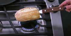 pao frances velho amanhecido requentado (talvez c/ manteiga) com garfo diretamente no fogo de fogao