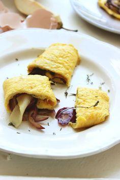 Tortilla rellena de pera y cebolla caramelizada.