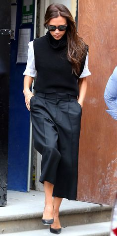 Victoria Beckham reinvents summer cropped pants via Vogue Fashion Pants, Fashion Outfits, Victoria Beckham Style, Pantalon Large, Cropped Pants, Cropped Top, Winter Looks, Fashion Addict, Casual Chic