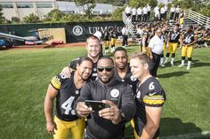Coach Tomlin takes a selfie with the captains Pittsburgh Steelers Players, Steelers Pics, Here We Go Steelers, Pittsburgh Sports, Best Football Team, Steelers Stuff, Football Season, Steelers Terrible Towel, Steeler Nation