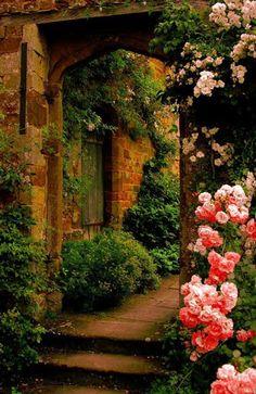 """Si vous dites aux grandes personnes: """"J'ai vu une belle maison en briques roses, avec des géraniums aux fenêtres et des colombes sur le toit..."""" elles ne parviennent pas à s'imaginer cette maison. Il faut leur dire: """"J'ai vu une maison de cent mille francs."""" Alors elles s'écrient: """"Comme c'est joli!"""" (Le petit prince)"""