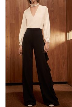 The designer: She's mastered the art of the party dress. Now, Alexis Barbara Isaias has created a Holiday capsule with amazing options for the entire season, from the cocktail party to the big New Year's Eve celebration. This season it's about: Fin Business Chic, Business Fashion, Casual Trouser Outfit, Trouser Outfits, Fashion 2017, Girl Fashion, Ruffle Pants, Pants For Women, Clothes For Women