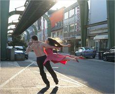 Ainda vou fotografar um casal de bailarinos no meio do caos da cidade. (Pina)