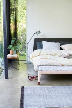 Onze Essential is het eerste volledig recyclebare bed ter wereld. Maar dat is niet het enige rustgevende aan dit bed. Door de verfijnde en minimalistische vormen past dit bed namelijk subtiel in elke kamer. Het moderne Scandinavische design is overal doorgevoerd. Tot in de taps toelopende poten. Eigenlijk rust je al uit als je ernaar kijkt.