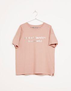 T-shirt imprimé texte métallisé. Découvrez cet article et beaucoup plus sur Bershka, nouveaux produits chaque semaine.