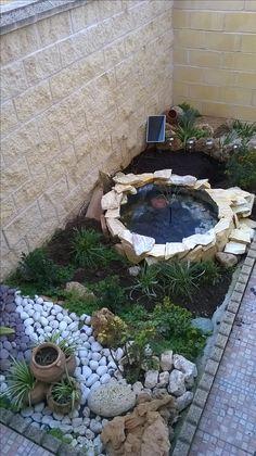 Arreate entrada composición con estanque hecho con un neumático de camion