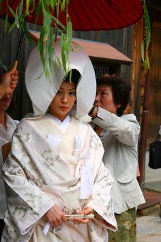 Japan | Bride wearing traditional wedding gown, photographed in Kanazawa, the famous Geisha quarter of Higashi-Chayagai | ©Paul's Travel Pics