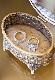 Vintage box for the wedding rings, so luxurious.