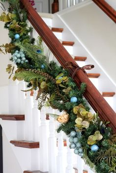 Beautiful garland. I also like how she attached it with ribbon to the railing.