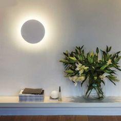 Rappelant une éclipse solaire, cette applique murale en céramique est tout simplement magnifique. Une pièce s'associant parfaitement à tous types d'architectures.