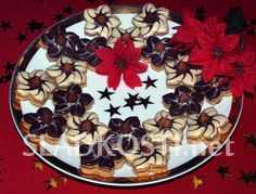 Pětilisté květy Caro Christmas Cookies, Christmas Tree, Biscuits, Sweet Tooth, Pie, Plates, Baking, Holiday Decor, Tableware