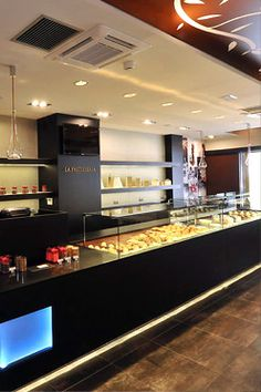 La pastisseria... Pastelería propia de Josep Mª Guerola, nombrado campeón mundial de pastelería en 2011. Podrás dar un capricho a tu paladar con una gran variedad de tentaciones dulces: desde las más clásicas, como la Tarta Tatin, a las más innovadoras, como La Cirera.