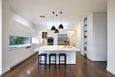 cuisine blanche plancher bois plans travail marbre blanc îlot central