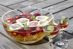 Hæld hvidvin i en stor bowle og smag til med hyldeblomstsaft. <BR> <BR> Tilsæt tyndskåret citronskiver, citronmelisseblade og frosne jordbær lige inden servering.