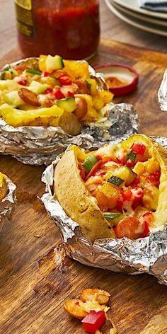 Für richtig Abwechslung am Grill sorgt unser Rezept für gefüllte Ofenkartoffeln. Neben knackiger Paprika und Zucchini finden sich auch mild-würzige Würstchen in der Füllung. Abschließend noch mit Käse überbacken entsteht das ultimative Grill-Gericht!