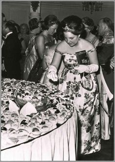 """In spring 1962, the Queen Juliana of the Netherlands celebrated its 25 years of marriage with Prince Bernhard of Lippe-Biesterfeld. festivities took place over 3 days, with 3 receptions.The first reception was held April 30 in the evening, where only attended by the members of the royal family of the Netherlands . The ball took place in the concert hall """"Concertgebouw"""" in Amsterdam, followed by a fireworks display in honor of the royal couple. Princess Margriet"""