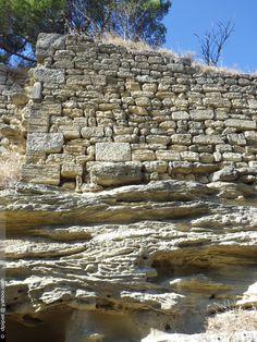 les vestiges de la muraille est du castrum de Sanctum Amantum à Saint-Chamas (Ier s). Bouches-du-Rhône
