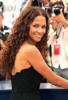 Halle Berry beautifule natural long curly lace wig human hair about 26 Inches can be purchased from Online Store with Discount Codes and Coupon Vouchers. Halle Berry Style, Halle Berry Hot, Halle Berry Long Hair, Long Curly Hair, Curly Hair Styles, Natural Hair Styles, Natural Curls, Curly Girl, Big Hair