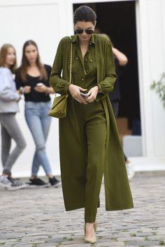 Aunque casi imposible, Kendall consigue verse genial con este look en verde militar de Elie Saab