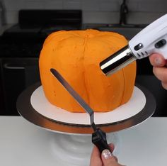 cake decorating 284008320239315328 - Want to step up your Halloween cake decorations this year? This sculpted pumpkin-shaped cake is one of seven easy ways to make stunningly spooky Halloween Cakes! Source by chelsweets Halloween Desserts, Spooky Halloween Cakes, Halloween Torte, Bolo Halloween, Halloween Cookie Recipes, Halloween Cookies Decorated, Holloween Cake, Trendy Halloween, Halloween 2020