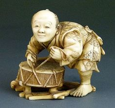 Description: Japanese carved ivory okimono depicting a drum maker, unsigned, Meiji period, 4.5cm high