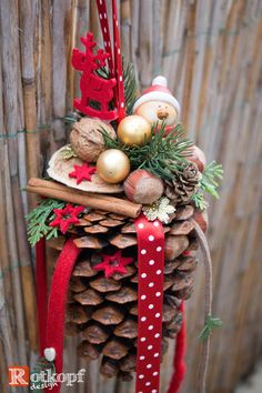 Weihnachtsdeko basteln mit Tannenzapfen – DIY Bastelideen – Winterdeko Ideen Christmas Decorations with Pine Cones – DIY Craft Ideas – Winter Decorations Ideas Pin: 400 x 600 Pine Cone Crafts, Xmas Crafts, Christmas Projects, Diy And Crafts, Simple Crafts, Summer Crafts, Felt Crafts, Easter Crafts, Noel Christmas
