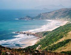 Sul  Praia Mole, Santa Catarina  Ponto de encontro da juventude de Florianópolis, Praia Mole é uma das mais divertidas e agitadas da ilha de Santa Catarina. A praia tem uma extensa faixa de areia cercada de vegetação e ondas que atraem muitos surfistas.    Foto: Visit Brasil/Divulgação