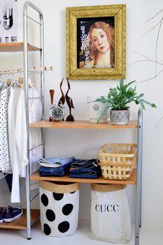 Ember tervez, a mester viszont nem ér rá, de a ruháidat szeretnéd rendben látni esete szülte, hogy az amúgy kihasználatlan, jobb időket is látott régi Ikea polcrendszer újra lett gondolva. Már amúgy is használtan lett vásárolva xx: azaz jórégen éve, aztán a lakás kiadása miatt a sufniban landolt, majd új idők és tervek jöttek (az …