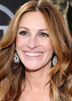 Julia Roberts wears Wilfredo Rosado earrings to the 2014 SAG Awards