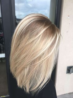 Neue kurze blonde Haar-Dunkelwurzeln #perücke #frisuren #kurzelockige #wellig #perückedunkel #beständigsynthetik #cosplaykostüm Blonde Hair With Dark Highlights, Blonde Hair Dark Roots Balayage, Dark Hair To Blonde, Healthy Blonde Hair, Baby Blonde Hair, Blonde With Dark Roots, Medium Blonde Hair, Dyed Blonde Hair, Blonde Color