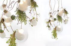 As luminárias da Bocci (https://bocci.ca) são feitas com vidro, artesanalmente, em Vancouver (Canadá). O designer Omer Arbel trabalha brincando com o material em seu ateliê. A belíssima 38, de 2012, combina a aplicação de pontos de vidro leitoso à luminária com nichos para o cultivo de plantinhas. A peça que se desdobra em um emaranhado de possibilidades composicionais estava exposta na Euroluce, feira bienal de iluminação que esteve em cartaz em 2013, paralelamente ao Salão de Milão