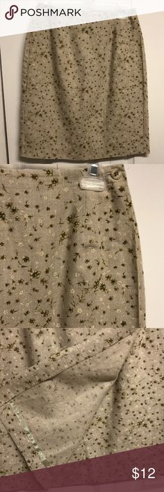 Jones New York Floral Pencil Skirt Very good preowned condition body 100% Linen Lining 100% Acetate Dry Clean 26' around waist with outside layer buttons inside and out 38' around hips 7.50' slit on inside under front flap 21' long Nice for work and going out Jones New York Skirts Pencil
