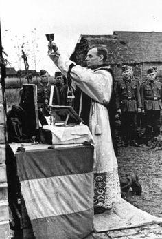 Soldados españoles durante la misa a los voluntarios en el cementerio de la División Española Foto tomada en junio de 1943. Fotógrafo: J. Zennke (H. Sönnke). Fotos poco usuales sobre la División Azul :: memoriablau