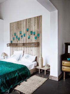 Looking for DIY Headboard Ideas? There are many cost-effective means to create an unique distinctive headboard. We share a couple of fantastic DIY headboard ideas, to inspire you to design your room elegant or rustic, whichever you choose. Homemade Headboards, Cool Headboards, Homemade Beds, Vintage Headboards, Upholstered Headboards, Home Bedroom, Bedroom Furniture, Bedroom Decor, Bedroom Ideas