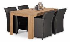 Lekkere stoelen en een ruime tafel om gezellig te tafelen, bij te kletsen en nog zoveel meer
