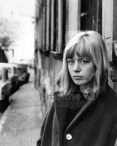 Junge Schwabingerin, 1963 Hubertus Hierl/Timeline Images #Mantel #Mäntel #fashion #style #vintage #retro #stylish #60er #60ies #1960er #damenmode #Frauen #Wintermode #München #schwabing #Pony
