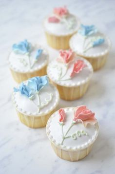 Adorable Flower Topped Cupcakes with Royal Icing Piping