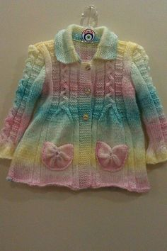 This Pin was discovered by Nur Kids Knitting Patterns, Baby Sweater Patterns, Knit Baby Sweaters, Knitted Baby Clothes, Knitting For Kids, Girls Sweaters, Knitting Designs, Knitted Hats, Crochet Baby Jacket