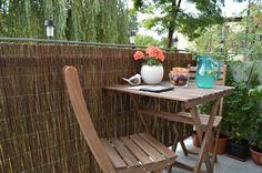 balkon w drewnie i wiklinie, aranżacja przytulnego balkonu #balcony #apartment #small #cosy #wood #wicker