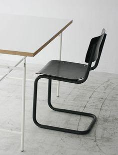 Dutch School Chair/¥16,200(税込)Ahrend(アーレンド)社にて製造されていたヴィンテージのスクールチェア。カンチレバーでシンプルなデザインが特徴的。背と座、フレームがすべてブラックで統一されているので、どんなインテリアにもあわせていただくことができます。<METROCS>