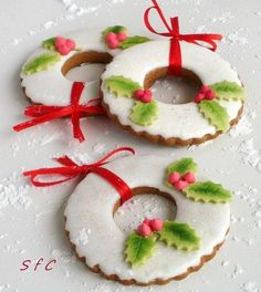 Wreath cookies dressed with Holly Christmas Wreath Cookies, Christmas Biscuits, Iced Cookies, Christmas Sweets, Christmas Cooking, Noel Christmas, Holiday Cookies, Cupcake Cookies, Cookies Et Biscuits
