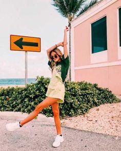 How to Take Good Beach Photos Cute Instagram Pictures, Cute Poses For Pictures, Instagram Pose, Poses For Photos, Instagram Photo Ideas, Beautiful Pictures, Model Poses Photography, Pic Pose, Picture Poses