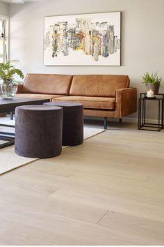 Her er stuen malt i en nydelig greige tone. Skinnsofa og det lekre lyse eike gulvet gjør dette til en tidløs stil. Flere ønsker farger og interiør som kan vare over lengre tid og rom som du nyter gjennom ulike tidsperioder i livet. Vi gir deg noen gode tips på interiør og farger til en tidløs stil. #stue#greige#skinn#sofa#puff#saga#natural#eik#floor#livingroom#light#planter#sidebord#interiør#bilde#tidløs#klassisk#maling#farger#inspirasjon#inspiration#Fargerike Ikea, Couch, Lights, Furniture, Home Decor, Settee, Decoration Home, Ikea Co, Sofa